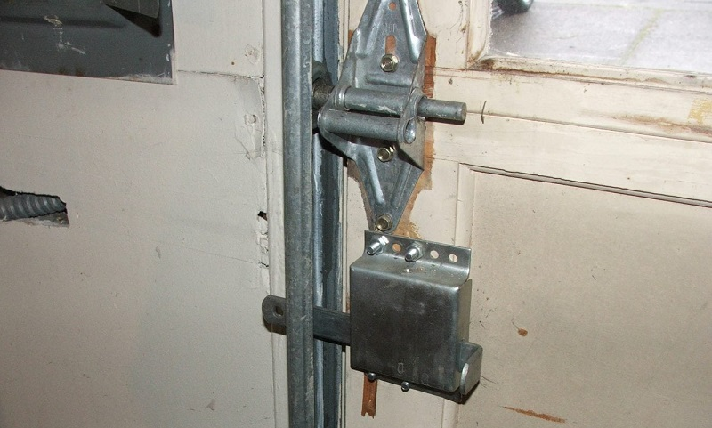 garage door Locked by Manually